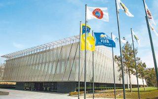 FIFA/UEFA έκαναν λόγο για «μονομερή απόφαση» της κυβέρνησης να αλλάξει τη συμφωνία που είχε γίνει μεταξύ όλων των εμπλεκομένων μερών και προέβλεπε τη διενέργεια εκλογών της ΕΠΟ τον προσεχή Ιούλιο.