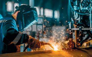 Στην ανάλυση της IHS Markit γίνεται λόγος για πρωτοφανή μείωση του αριθμού εργαζομένων στη μεταποίηση, ενώ προβλέπεται ότι η βιομηχανική παραγωγή στην Ελλάδα θα συρρικνωθεί κατά 4,1% το 2020.
