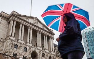 Η Τράπεζα της Αγγλίας προβλέπει συρρίκνωση της οικονομίας κατά 25% το τρέχον τρίμηνο, που είναι και η βαθύτερη ύφεση των τελευταίων αιώνων.