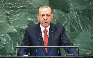 Ο πρόεδρος Ερντογάν αποδίδει τις παθογένειες της τουρκικής οικονομίας σε ξένα κέντρα και προσπαθεί να αποφύγει επώδυνες λύσεις, όπως η προσφυγή στο ΔΝΤ, με τους σκληρούς όρους που συνεπάγεται, αλλά και η επιβολή ελέγχων στις κινήσεις κεφαλαίου.