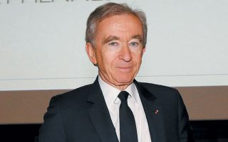 Ο 71χρονος Γάλλος δισεκατομμυριούχος Μπ. Αρνό έχει ζήσει κάμποσες κρίσεις, αλλά καμία δεν έμοιαζε με την τωρινή, καθώς ο «στόλος» του με τα 70 και πλέον εμπορικά σήματα δέχθηκε χτυπήματα πανταχόθεν.