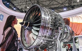 Η βρετανική εταιρεία προβλέπει πως τα επόμενα τρία έως πέντε χρόνια, οι δραστηριότητες στον τομέα της αεροπλοΐας θα μειωθούν περίπου κατά το ένα τρίτο σε σχέση με το 2019.