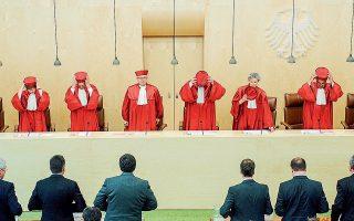 Σύμφωνα με το Ομοσπονδιακό Συνταγματικό Δικαστήριο της Γερμανίας, το PSPP υπερβαίνει τις αρμοδιότητες της ΕΚΤ, οι οποίες σχετίζονται αποκλειστικά με το πεδίο της νομισματικής πολιτικής και θεωρείται «εν μέρει αντισυνταγματικό», καθώς παραβιάζει την ευρωπαϊκή συνθήκη ως προς την απαγόρευση της νομισματικής χρηματοδότησης των προϋπολογισμών των κρατών-μελών.