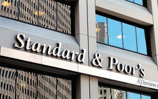 O οίκος αξιολόγησης S&P έχει ήδη προειδοποιήσει 1.287 εταιρείες ότι ενδέχεται να υποβαθμίσει είτε την πιστοληπτική τους ικανότητα είτε την προοπτική τους σε «αρνητική» (φωτ. Α.P.).