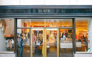 Η πρώτη από τις μεγάλες εταιρείες λιανικού εμπορίου ειδών ένδυσης που πτώχευσε ήταν στις 4 Μαΐου η J.Crew, η οποία με την αναστολή της οικονομικής δραστηριότητας αναγκάστηκε να κλείσει τα 492 καταστήματά της.
