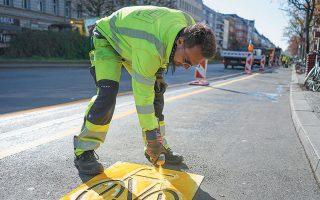 Στη φωτογραφία, «επαναχάραξη» οδοστρώματος στο Βερολίνο για αποκλειστική χρήση από ποδηλάτες. Εγινε για να μείνει;