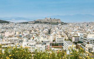 Η διαυγής εικόνα της Αθήνας είναι από τις ημέρες πάνδημης ευλαβικής τήρησης των περιοριστικών μέτρων, όταν μαζί με την ημερήσια ενημέρωση για την εξέλιξη της COVID-19 καταγραφόταν και το δελτίο ρύπων της καραντίνας. Ο κορωνοϊός έκανε ένα μόνο καλό, εξόντωσε ακουσίως τους ρύπους – ενδεικτικά, η τιμή του διοξειδίου του αζώτου (ΝΟ2) μετρήθηκε έως και πέντε φορές μικρότερη όταν μέναμε σπίτι, ενώ τα τελευταία 24ωρα σκαρφαλώνει στην προτέρα κανονικότητα.