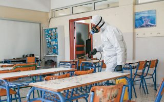 Στην Ελλάδα είναι δύσκολο να διαπιστωθεί η σχέση του κλεισίματος των σχολείων με τη μείωση μεταδοτικότητας του ιού, εξαιτίας του πολύ μικρού αριθμού διαπιστωμένων κρουσμάτων.