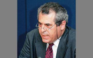«Τα μέτρα που ελήφθησαν στην Ελλάδα δεν είναι διαφορετικά από αυτά που ελήφθησαν στην Ευρώπη. Η διαφορά είναι ότι στην Ελλάδα εφαρμόσθηκαν με αποφασιστικότητα», λέει ο καθηγητής Επιδημιολογίας και Προληπτικής Ιατρικής του ΕΚΠΑ Αγγελος Χατζάκης.