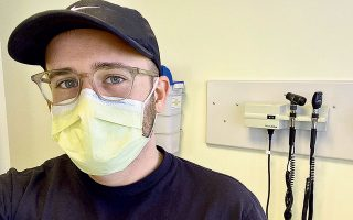 Ο 29χρονος Ιαν Χέιντον σε κλινική του Σιάτλ στις 8 Απριλίου, λίγο πριν του χορηγήσουν με ένεση μια πειραματική ουσία στο πλαίσιο κλινικής δοκιμής εμβολίου κατά της πανδημίας.