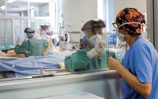 Στα ελληνικά νοσοκομεία, το νοσηλευτικό δυναμικό είναι υποστελεχωμένο. Στις μονάδες εντατικής θεραπείας έχουμε 1,6-2,3 νοσηλευτές/τριες ανά ασθενή έναντι 5-6 που απαιτείται.