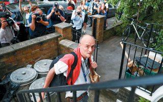 O Nτόμινικ Κάμινγκς ενώ επιστρέφει στο σπίτι του στο Λονδίνο πολιορκούμενος από φωτογράφους. Στη Βρετανία έχει ξεσπάσει σάλος για τη στάση του. (REUTERS / HANNAH McKAY)