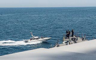 Tαχύπλοο των Φρουρών της Επανάστασης ενώ περνάει μια ανάσα από πολεμικό σκάφος των ΗΠΑ στον Περσικό κόλπο. Ο Αμερικανός πρόεδρος έδωσε το πράσινο φως στις αμερικανικές δυνάμεις να... καταρρίπτουν τα ιρανικά σκάφη που τις παρενοχλούν.