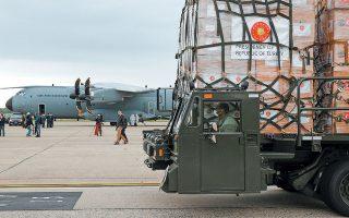 Στρατιωτικό όχημα έμφορτο με το υγειονομικό υλικό που μετέφερε στις ΗΠΑ, στην αεροπορική βάση Αντριους, το εικονιζόμενο τουρκικό μεταγωγικό.