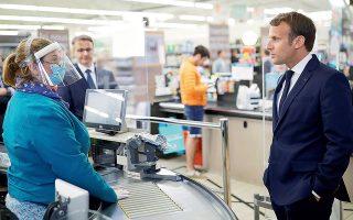 Ο Εμανουέλ Μακρόν μιλάει με εργαζόμενη σε σούπερ μάρκετ κατά τη διάρκεια της καραντίνας. Στις περισσότερες ευρωπαϊκές χώρες, η πανδημία ανανέωσε την εμπιστοσύνη των πολιτών προς τις ηγεσίες. Στη Γαλλία αυτό δεν συνέβη.