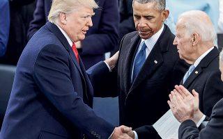 O άρτι ορκισθείς 45ος πρόεδρος των Ηνωμένων Πολιτειών Ντόναλντ Τραμπ χαιρετάει τον απερχόμενο πρόεδρο Μπαράκ Ομπάμα και τον αντιπρόεδρό του Τζο Μπάιντεν. Ο Μπάιντεν καλείται τώρα να διώξει από τον Λευκό Οίκο τον Τραμπ.