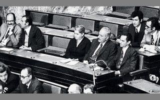 Με το ν.δ. 59/1974 νομιμοποιήθηκε το ΚΚΕ (και στις δύο συνιστώσες του). Στη φωτ., αριστερά οι δύο βουλευτές του ΚΚΕ εσ. Λεωνίδας Κύρκος και Μπάμπης Δρακόπουλος και δεξιά οι πέντε βουλευτές του ΚΚΕ Μίνα Γιάννου, Χαρ. Φλωράκης, Γρ. Φαράκος, Κώστας Κάππος και Δημ Γόντικας.
