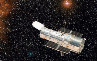 Το διαστημικό τηλεσκόπιο Χαμπλ βρίσκεται πάνω από την περιοχή της γήινης ατμόσφαιρας που παραμορφώνει τις αστρονομικές παρατηρήσεις, πολύ πάνω από τα σύννεφα της βροχής και τη φωτεινή ρύπανση και έτσι έχει ανεμπόδιστη θέα στο Σύμπαν.