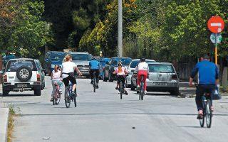 Οικογένειες ολόκληρες με τα ποδήλατά τους έκαναν την εμφάνισή τους σε δρόμους της Αθήνας τις προηγούμενες εβδομάδες. Από αύριο, δυστυχώς, αναμένεται νέα επέλαση των Ι.Χ.