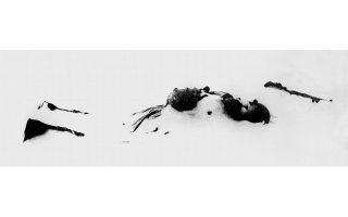 «Λευκός θάνατος»: Η περίφημη φωτογραφία του νεκρού Αμερικανού στρατιώτη στο χιόνι. Δεκαετίες μετά, ο Βακάρο γνώρισε τον γιο του στρατιώτη και πήγαν παρέα στο σημείο όπου έπεσε μαχόμενος.