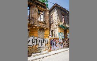Η οδός Πουκεβίλ προς τη Φαβιέρου. Κελύφη διώροφων σπιτιών των αρχών του 20ού αιώνα. (ΦΩΤ. ΝΙΚΟΣ ΒΑΤΟΠΟΥΛΟΣ)