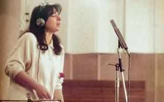 Η Χαρούλα Αλεξίου κατά τη διάρκεια της ηχογράφησης των τραγουδιών της ξενιτιάς, 33 χρόνια πριν.