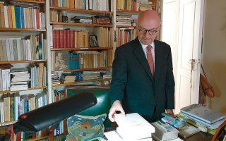 Ο κ. Βασίλης Παπαδόπουλος, διπλωμάτης με μακρά θητεία και ο ίδιος αλλά και συγγραφέας, στο γραφείο του Γιώργου Σεφέρη.