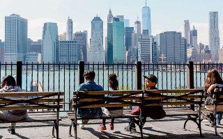 «Την πιο πολλή ώρα μού φαίνεται εξωπραγματικό», λέει ο Σάιμον Κρίτσλεϊ από το διαμέρισμά του στο Μπρούκλιν (φωτ.) της Νέας Υόρκης, στην ερώτηση της «Κ» σχετικά με το πώς βιώνει τις ημέρες του με την πανδημία του κορωνοϊού και τα μέτρα τα οποία έχουν ληφθεί.