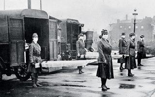Οκτώβριος του 1918, προσωπικό του Ερυθρού Σταυρού του Σεντ Λούις στα νοσοκομειακά αυτοκίνητα, σε προετοιμασία για την πανδημία της ισπανικής γρίπης.