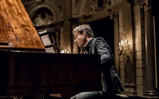 Ο Μπεζάιντενχαουτ ανήκει στους πιο ενδιαφέροντες πιανίστες, με μεγάλη εμπειρία σε έργα Μότσαρτ και Μπετόβεν.
