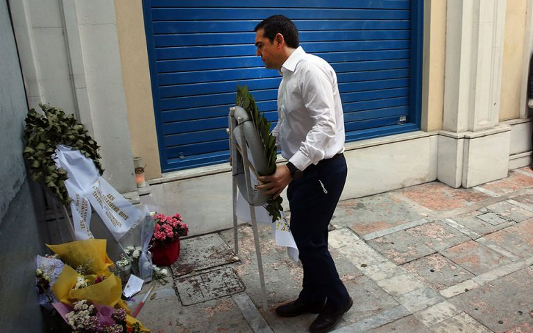 O Αλ. Τσίπρας κατέθεσε στεφάνι στη Marfin – «Καταδικάζουμε τη βία αλλά και την υποκρισία του κ. Μητσοτάκη»