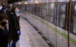 Κόσμος, φορώντας προστατευτική  μάσκα, μετακινείται με το μετρό στο Σύνταγμα, Δευτέρα 4 Μαϊου 2020. Αίρονται από σήμερα οι περιορισμοί στις μετακινήσεις που είχαν επιβληθεί λόγω κορονοϊού. Νέοι κανόνες ισχύουν από σήμερα στις μετακινήσεις των επιβατών με τα Μέσα Μαζικής Μεταφοράς,με γνώμονα την απρόσκοπτη και ασφαλή μετακίνηση. Επιβεβλημένη η χρήση μάσκας σε μετρό, ηλεκτρικό, τραμ λεωφορεία, τρόλεϊ, για επιβάτες και για εργαζόμενους. ΑΠΕ-ΜΠΕ/ΑΠΕ-ΜΠΕ/Αλέξανδρος Μπελτές