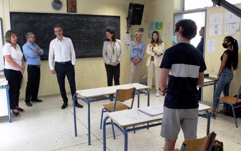 Επίσκεψη Μητσοτάκη – Κεραμέως σε σχολείο στο Παγκράτι (φωτογραφίες)