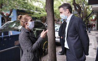 (Ξένη Δημοσίευση)  Ο πρωθυπουργός Κυριάκος Μητσοτάκης συνομιλεί με πολίτες κατά τη διάρκεια της επίσκεψής του στο Παγκράτι, την  Πέμπτη 7 Μαΐου 2020.  Ο πρωθυπουργός βρέθηκε στο Παγκράτι προκειμένου να συνομιλήσει με καταστηματάρχες και πολίτες της περιοχής, περπάτησε σε εμπορικούς δρόμους θέλοντας να διαπιστώσει ο ίδιος το πώς προσαρμόζονται οι πολίτες και η επιχειρηματική δραστηριότητα στις νέες συνθήκες μετά τη σταδιακή άρση των περιοριστικών μέτρων. Επισκέφθηκε επιχειρήσεις που επανήλθαν σε λειτουργία στην αρχή της εβδομάδας και καταστήματα που προετοιμάζονται για την έναρξη της λειτουργίας τους ακούγοντας τις ανησυχίες και τους προβληματισμούς των καταστηματαρχών. ΑΠΕ-ΜΠΕ/ΓΡΑΦΕΙΟ ΤΥΠΟΥ ΠΡΩΘΥΠΟΥΡΓΟΥ/ΔΗΜΗΤΡΗΣ  ΠΑΠΑΜΗΤΣΟΣ