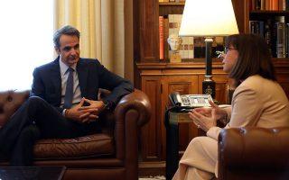 Η Πρόεδρος της Δημοκρατίας Κατερίνα Σακελλαροπούλου μιλάει με τον πρωθυπουργό Κυριάκο Μητσοτάκη κατά τη συνάντησή τους στο Προεδρικό Μέγαρο, Δευτέρα 4 Μαϊου 2020. Ο πρωθυπουργός πρόκειται να ενημερώσει την Πρόεδρο της Δημοκρατίας για την πορεία της πανδημίας. ΑΠΕ-ΜΠΕ/ΑΠΕ-ΜΠΕ/Αλέξανδρος Μπελτές
