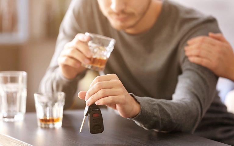 apeitharchos-odigika-o-ellinas-odigei-koyrasmenos-i-ypo-tin-epireia-alkool-2379871