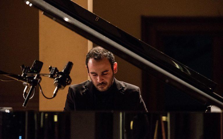 Νίκος Ορδουλίδης στην «Κ»: Το πιάνο, τα ρεμπέτικα, η Ανατολή και η Δύση