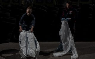 Η λευκή προστατευτική στολή, ή «σάουνα» όπως τη λένε ορισμένοι διασώστες, χρειάζεται χρονο και προσοχή για να φορεθεί. Φωτογραφίες: Δημήτρης Μιχαλάκης