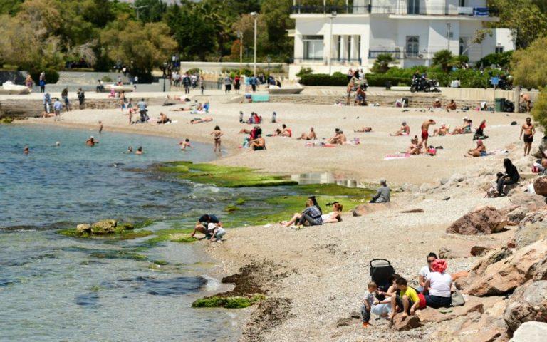 Κοσμοσυρροή στις παραλίες της Αττικής το πρώτο Σαββατοκύριακο μετά την άρση του lockdown (φωτογραφίες)