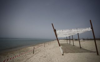 Φωτογραφίες από τις εργασίες για το άνοιγμα των παραλιών στη Θεσσαλονίκη.