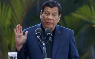Ο πρόεδρος των Φιλιππινών ζήτησε από την αστυνομία να πυροβολεί όποιον παραβιάζει τα μέτρα περιορισμού, εκτός από τον ίδιο...
