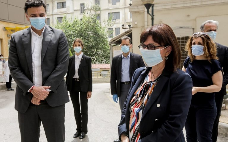 Επίσκεψη Σακελλαροπούλου στον Ευαγγελισμό για να τιμήσει τους νοσηλευτές (φωτογραφίες)