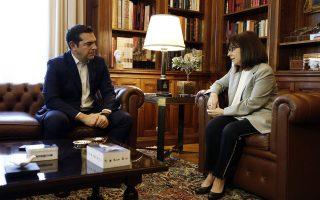 Η Πρόεδρος της Δημοκρατίας Κατερίνα Σακελλαροπούλου συνομιλεί με τον Αρχηγό της Αξιωματικής Αντιπολίτευσης Αλέξη Τσίπρα κατά την διάρκεια της συνάντησης τους, στο Προεδρικό Μέγαρο, Παρασκευή 22 Μαΐου 2020.  ΑΠΕ-ΜΠΕ /ΑΠΕ-ΜΠΕ/ΑΛΕΞΑΝΔΡΟΣ ΒΛΑΧΟΣ