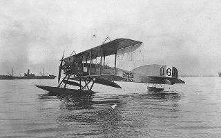 Βρετανικό υδροπλάνο Short 166 στον κόλπο της Θεσσαλονίκης, τον Ιανουάριο του 1916. Αυτού του τύπου τα υδροπλάνα εξόπλιζαν το HMS Ark Royal – πρόδρομο των σημερινών αεροπλανοφόρων.