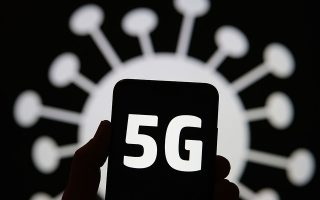 """«Δεν μπορεί να υπάρξει σύνδεση του δικτύου κινητής τηλεφωνίας με τη διασπορά του ιού και τα εμβόλια. Οι άνθρωποι φοβούνταν το 4G, το 3G, τα κινητά """"παντόφλες», οτιδήποτε», λέει ο Μάικλ Σέρμερ. SHUTTERSTOCK"""