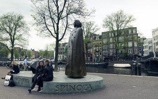 «Ο Χομπς, ο Σπινόζα (στη φωτ. το μνημείο προς τιμήν του στο Αμστερνταμ) και ο Ρουσό έθεσαν τα θεμέλια της νεωτερικότητας», λέει ο Αρης Στυλιανού. SHUTTERSTOCK