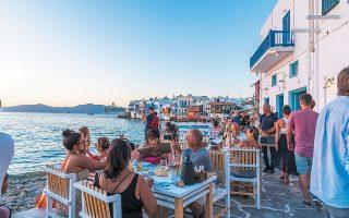 Εκατοντάδες περιοχές της Ελλάδας (στη φωτ. η Μικρή Βενετία της Μυκόνου) ελπίζουν ότι θα μπορέσουν να φιλοξενήσουν όσο περισσότερους τουρίστες επιτρέψουν οι φετινές συνθήκες. Εκτός από το υγειονομικό σκέλος, πάντως, το όλο θέμα έχει άλλη μία παράμετρο: οι ξενοδόχοι και των άλλων χωρών προσπαθούν να ανακτήσουν πληρότητες και επιθυμούν οι συμπατριώτες τους να αποφύγουν τα ταξίδια στο εξωτερικό.