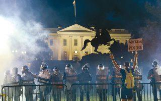 Ανδρες της αστυνομίας με πλήρη εξάρτυση κρατούν τους διαδηλωτές στο πάρκο Λαφαγιέτ, σχηματίζοντας προστατευτικό κλοιό γύρω από τον πολιορκούμενο Λευκό Οίκο στην Ουάσιγκτον. Οι διαδηλωτές έβαλαν φωτιά κοντά στην προεδρική κατοικία και εκτόξευσαν αντικείμενα προς τις δυνάμεις ασφαλείας, οι οποίες απάντησαν με δακρυγόνα και χειροβομβίδες κρότου - λάμψης.