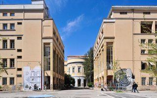 Στα αριστερά, το κτίριο Γκίνη, η νέα πτέρυγα της δεκαετίας του '60, στη μέση το Αβέρωφ και δεξιά το κτίριο Τοσίτσα.