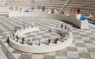 Με μια «γλυπτική παράσταση» ανοίγει φέτος για πρώτη φορά το Ηρώδειο, φιλοξενώντας τα έργα του Διο-νύση Καβαλλιεράτου. Η έκθεση, σύμπραξη του Φεστιβάλ Αθηνών και Επιδαύρου και του οργανισμού ΝΕΟΝ, μας καλεί σε έναν ζωντανό διάλογο μεταξύ παραστατικών και εικαστικών τεχνών, αρχαιολογικού παρελθόντος και σύγχρονου πολιτισμού.